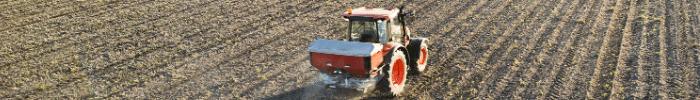 rolnik-w-polu-sucha-gleba